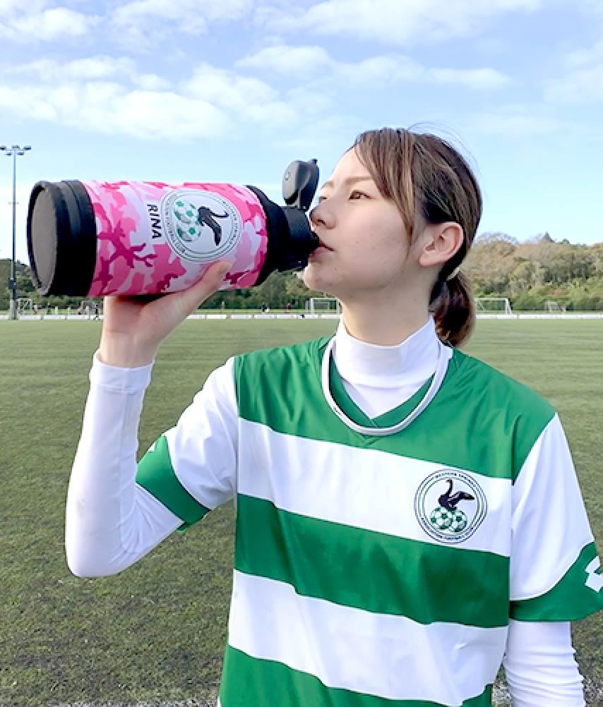 シールドボトル・スクイズボトルで飲む女性